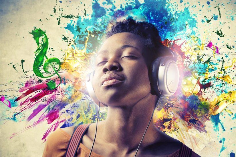 Une jeune femme noire écoute de la musique avec des écouteurs. La musique est illustrée des des couleurs de peinture derrière elle.
