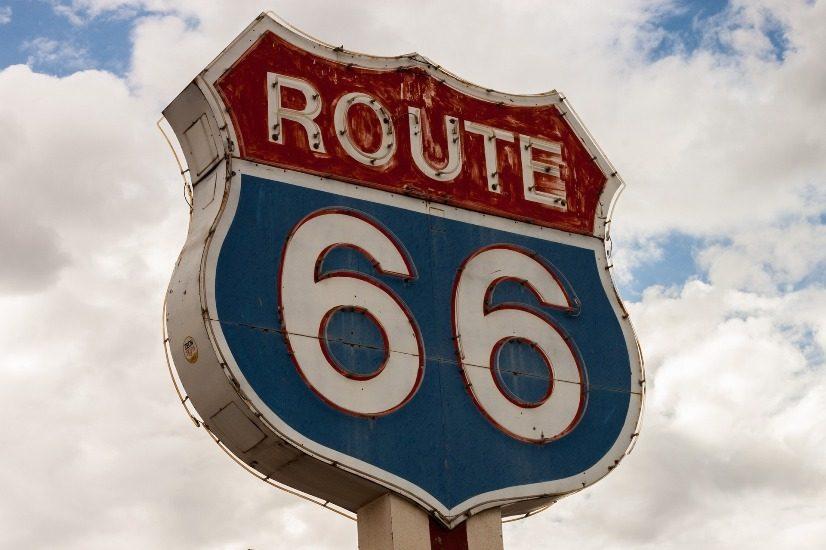 Enseigne un peu rétro en rouge et bleue de la route 66.
