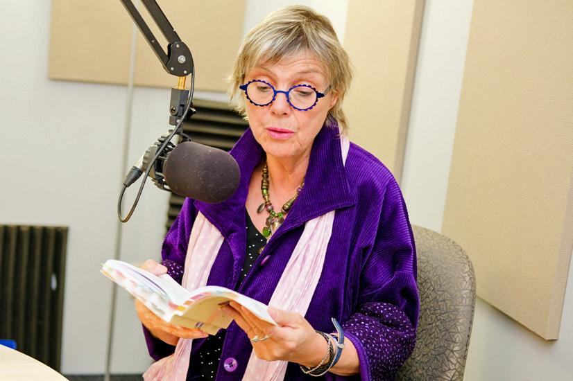 Clotilde Seille, animatrice de Des livres plein les oreilles, lit un livre au micro.