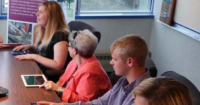 Sur le photo: rencontre du groupe de soutien pour les jeunes ayant une déficience visuelles.