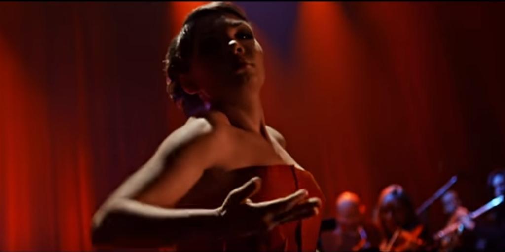 Maxime D.-Pomerleau qui danse une choréraphie de Dave St-Pierre dans un vidéoclip de Philippe Brach.
