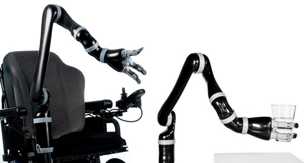 À gauche, on voit le bras robotisé Jaco sur un fauteuil roulant (vide). À droite, le bras Jaco tiens un verre d'eau. Les bras Jaco sont noirs et gris.