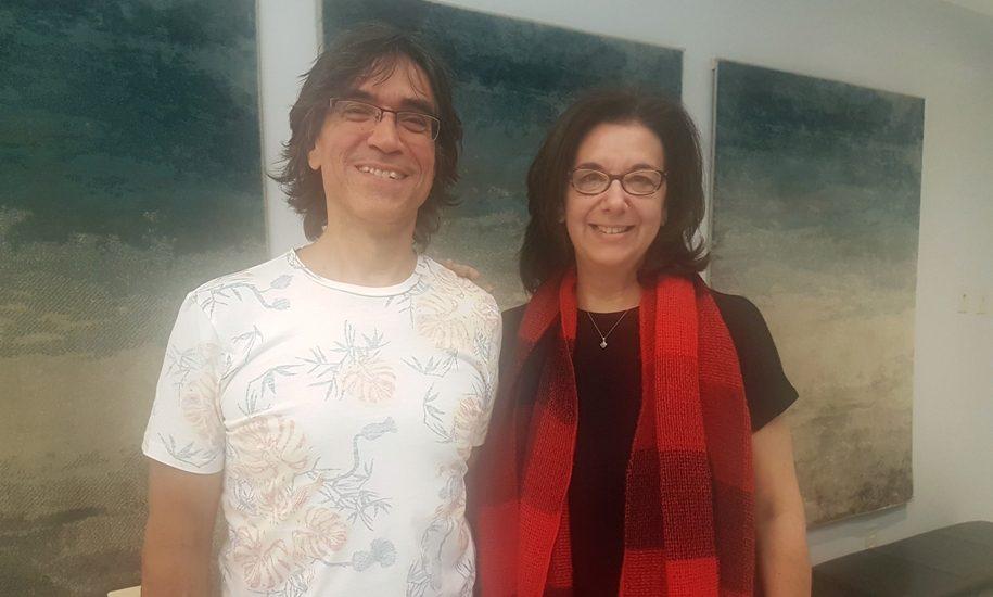 Jean-François MArtin et Hélène Denis (un homme et une femme aux cheveux bruns) posent dans le hall de Canal M.