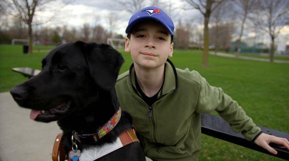 Tom Barette et  sa chienne noire appelée  Lily Pot de colle.