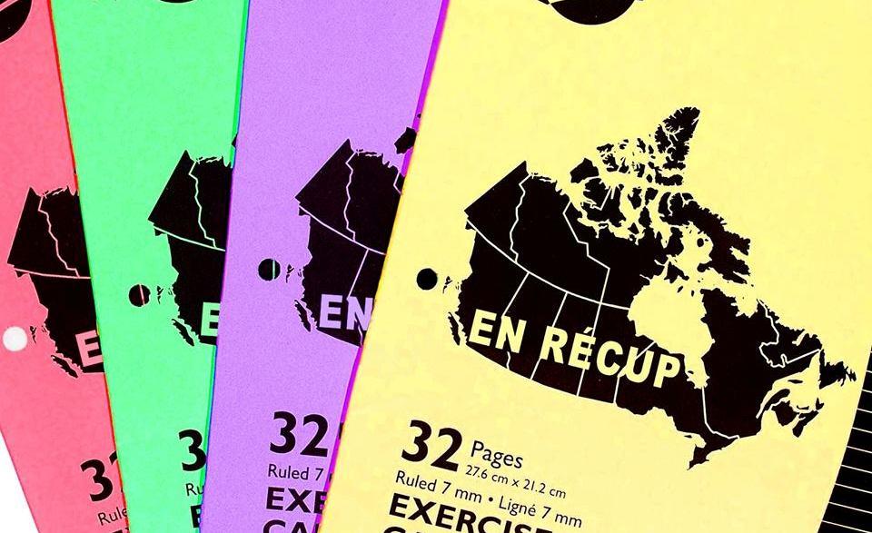 Des «cahiers Canada» de différentes couleurs ont été modifiés pour que le titre «En récup» apparaisse.