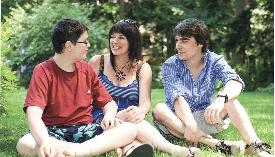 Suylvie Lauzon pose avec deux adolescents