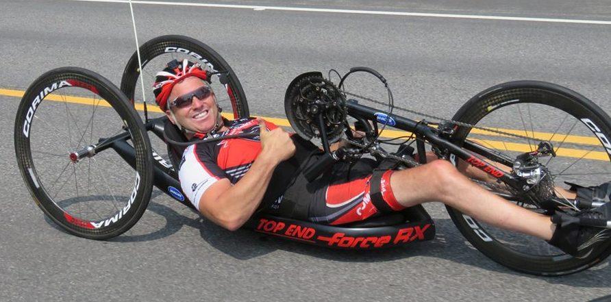 Jimmy pelletier, en position presque couchée sur son vélo à main.