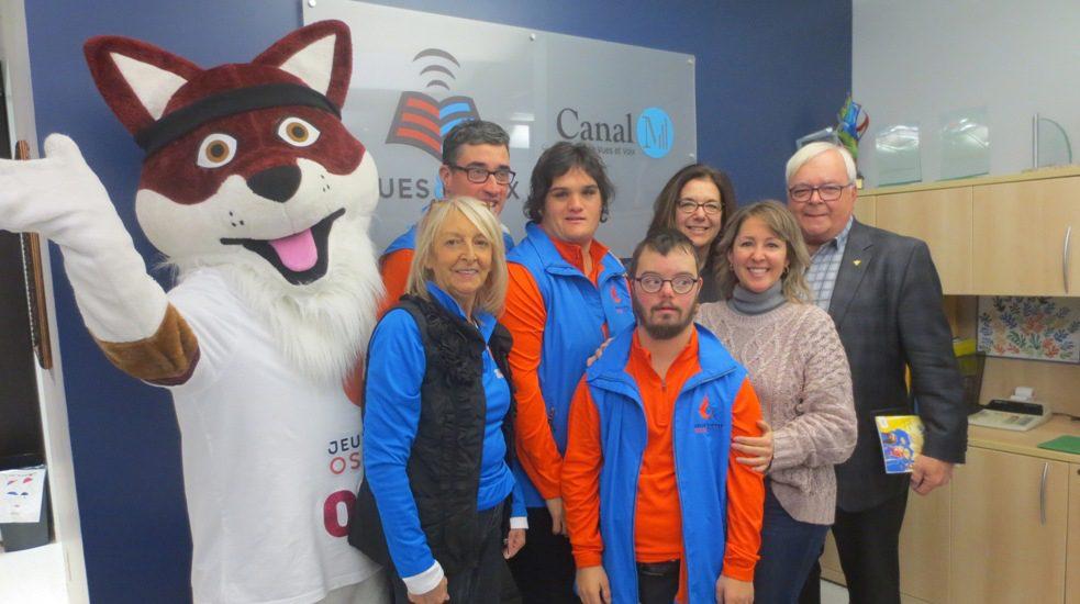 Ozzy mascotte des Olympiques spéciaux (un gros renard) des athlètes, l'auteure Geneviève Gélineau et l'animatrice Hélène Denis