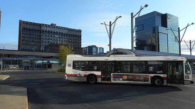 un autobus dans le stationnement du terminus de Longueuil.