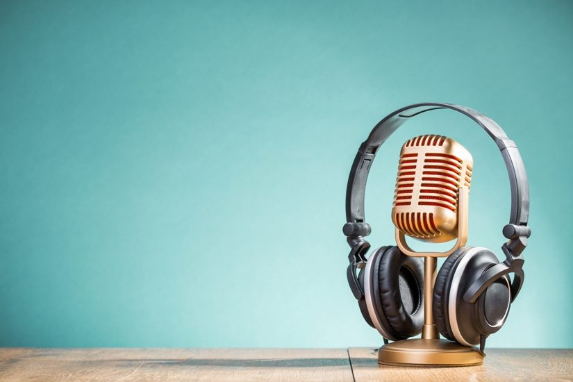 Sur la photo, un microphone métallique et un casque d'écoute.