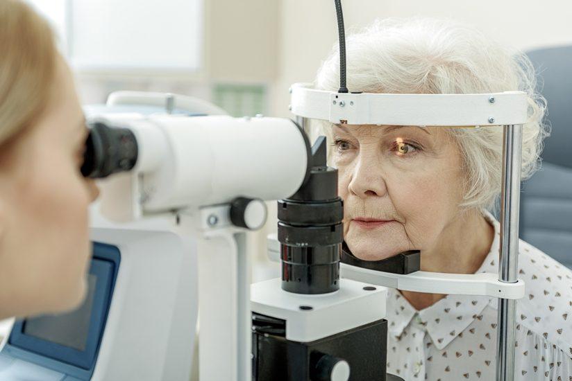 femme cheveux blancs examen de la vue