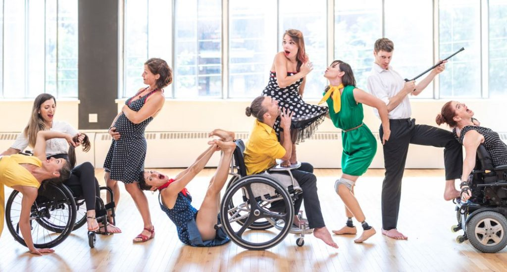 Une photo des danseurs de Quatryptique. 3 personnes sont en fauteuil roulant, une femme est enceinte et une femme a deux prothèse sous les genoux.