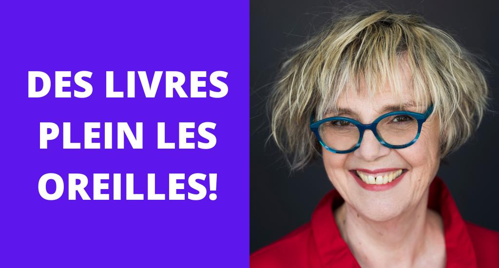Photo de Clotilde Seille, avec chemisier rouge, lunettes bleues et cheveux blonds. À côté, en blanc sur fond bleu, le texte Des livres plein les oreilles!