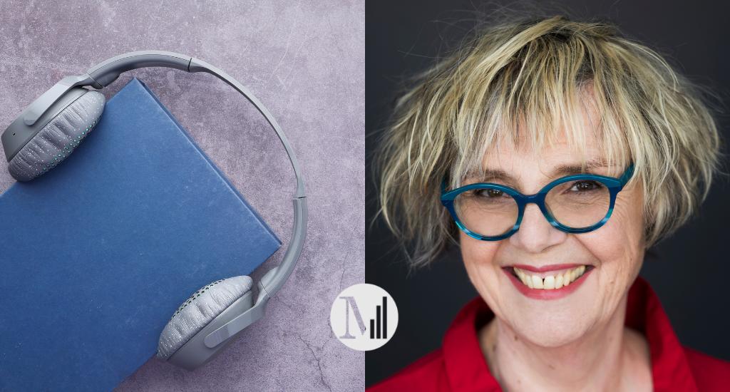 Photo de Clotilde Seille, avec chemisier rouge, lunettes bleues et cheveux blonds. À côté, un livre bleu chapeauté d'un casque d'écoute